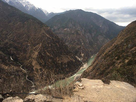 Shangri-La County, China: 호도협이 보인다. 건기라서 물이 별로 없다.