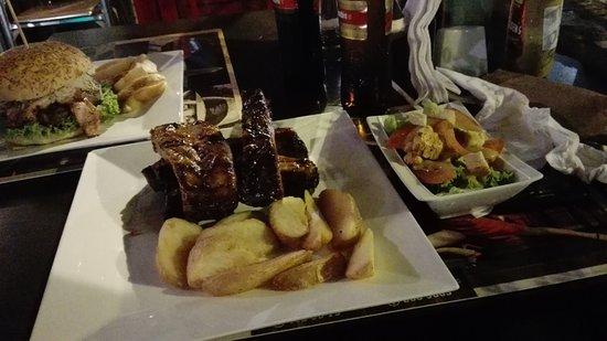 La Pampa Burger & Ribs: Hamburguesa Monumental y Costillas.