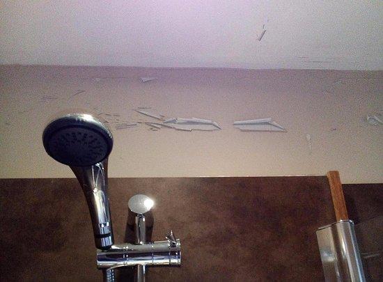 Paisley, UK: Peeling paint in bathroom