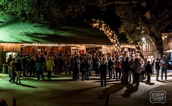 Luckenbach, TX: dance hall crowd