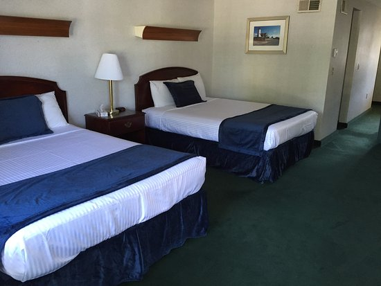 Hyannis Inn Motel: Deluxe Room with 2 queen beds