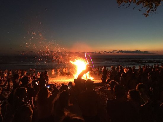 Rocamar: Hula Hoop Girls with grand Bon Fire