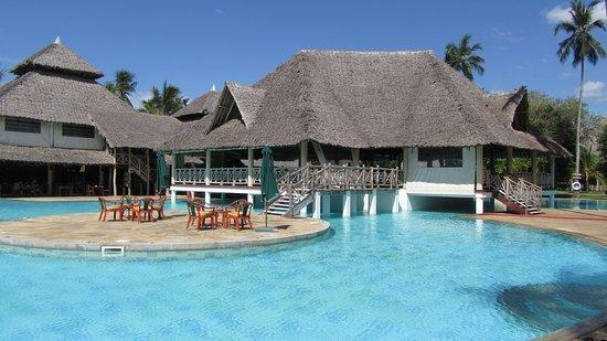 Neptune Village Beach Resort & Spa : part of pool /bar