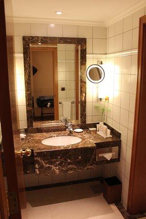 Radisson Blu Martinez Hotel, Beirut: Bathroom