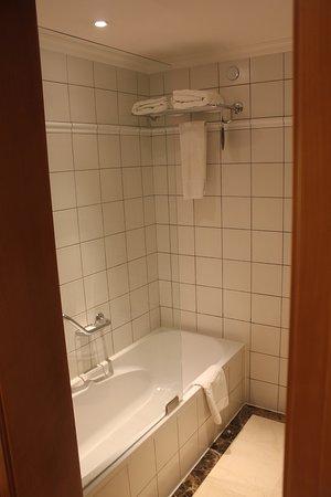 Radisson Blu Martinez Hotel, Beirut: Tub and shower