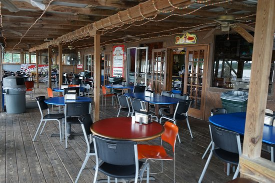 Muscatine, IA: Screened-in porch seating