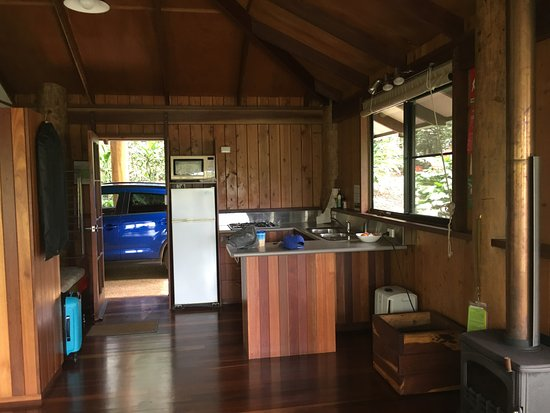 Malanda, Австралия: Kitchen area ...easy access for luggage from the car