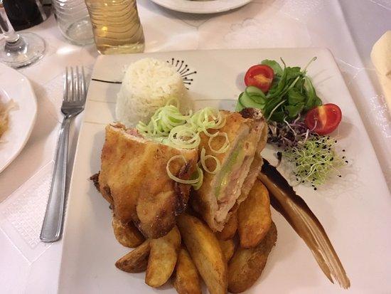 Tata, Hungary: Töltött csirkemell sült krumplival