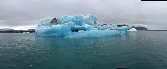 Hofn, IJsland: Iceberg in the lagoon. Taken from the zodiac.