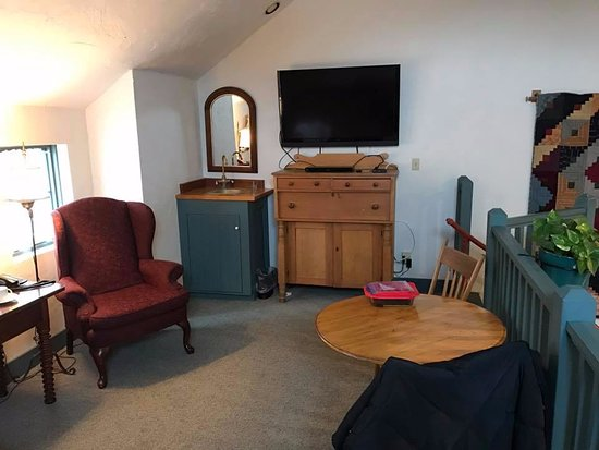 Cedarburg, WI: Upstairs seating, tv, sink, fridge and queen sofa sleeper.