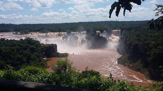 Cataratas do Iguaçu: Mesmo de longe consegue ser encantadora.