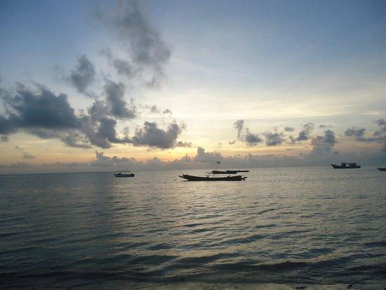 Silver Sand Beach Resort: Rewelacyjnie wyglądały także wschody słońca . Bezkresna woda i cisza .