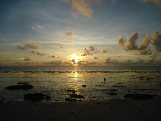 Silver Sand Beach Resort: Czasem trochę się na niebie kotłowało, ale po wyjściu słońca wracał spokój .