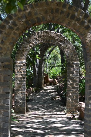 Modimolle (Nylstroom), South Africa: Walkway in the grounds.
