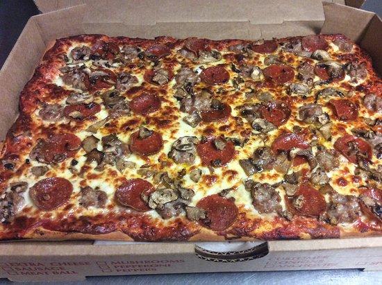 Watertown, Nowy Jork: Large pepperoni, mushroom and sausage pizza