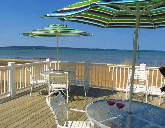North Shore Inn: Beachside sundeck