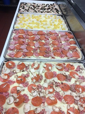 Watertown, Nowy Jork: Pizzas ready to be baked