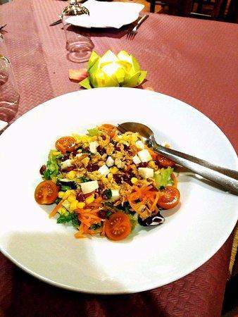 Almodovar del Pinar, Espanha: Ensalada con queso de cabra y vinagreta de mostaza con sésamo