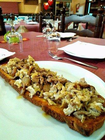 Almodovar del Pinar, Espanha: Tosta de boletus con foie y huevo trufado