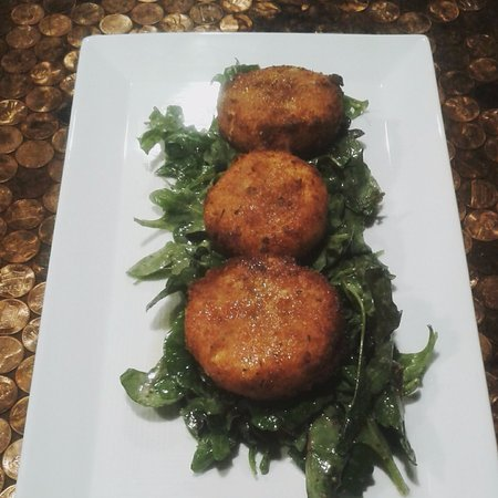 Morganton, Kuzey Carolina: Skinny Goat Appetizer, fried goat cheese over a dressed salad with a lemon and honey drizzle