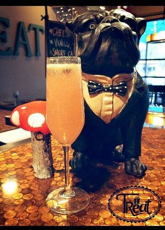 Morganton, Kuzey Carolina: Frankie silver, Hard mimosa with vodka, sparkling cava brut, grapefruit juice and blueberries