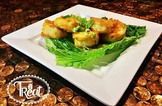Morganton, Kuzey Carolina: Wham pow, our fried shrimp appetizer with a spicy asian sauce over  leaf lettuce
