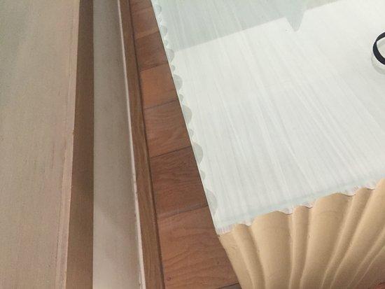 Mercure Koh Chang Hideaway Hotel: spitzkantige Glasplatten bei Nachttischen - ungeeignet für Familien + Kinder