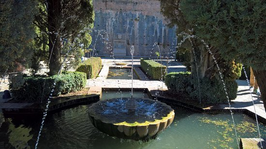 Generalife: Close up of a fountain