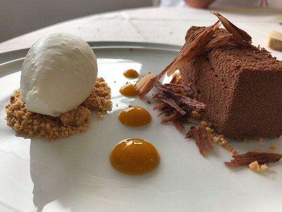 Mirò Lingotto al cioccolato fondente, salsa di mango, crumble e quenelle  di gelato