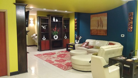 Days Inn & Suites by Wyndham Russellville: Lobby.