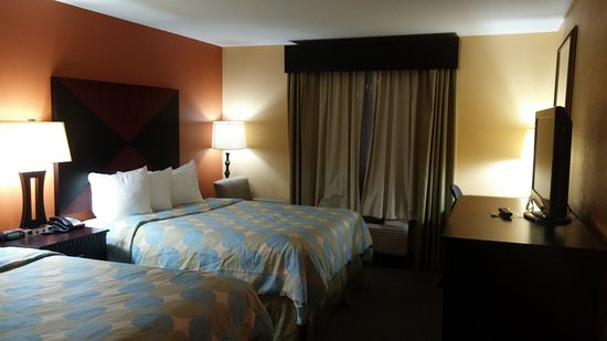 Days Inn & Suites by Wyndham Russellville: 2 queen beds room.
