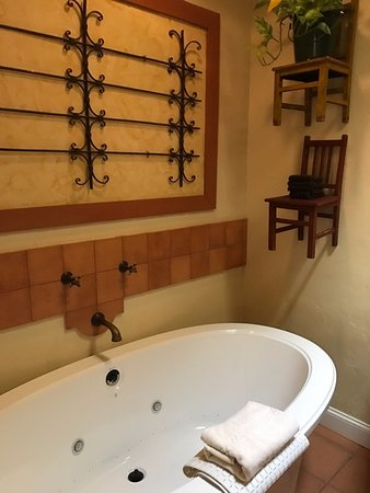 The Cottages of Napa Valley: Bain Ultra bath tub is fantastic! (Separate shower, too!)