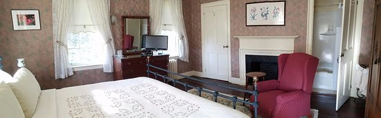 The Centennial House Bed and Breakfast: Stawberry Banke Standard King Room with split private ensuite bath.