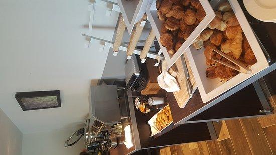 Ferney-Voltaire, France: Buffet petit déjeuner (mars 2017)