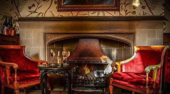 Baslow, UK: Aperitif's by the fire