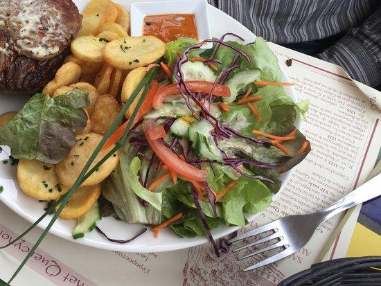 Saint-Cirq-Lapopie, França: Burger on pain de campagne. Two meat - pork and minced meat.