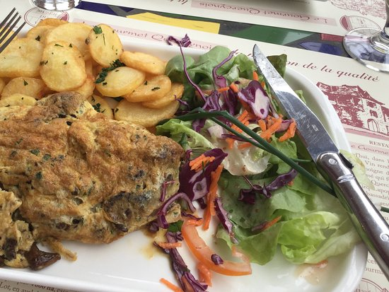 Saint-Cirq-Lapopie, França: Mushroom omelette - our French was not good enough to work out mushroom variety but tasty.