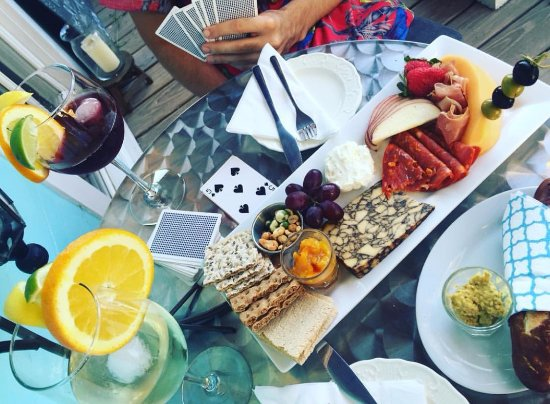 Windham, Estado de Nueva York: Guest snapshot of card tricks over cheese and charcuterie with sangria