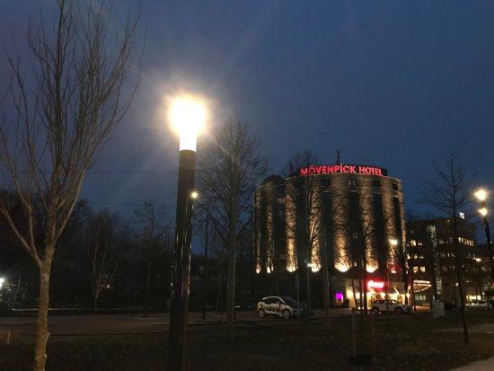 vanaf station voorburg zie je de voorkant van het hotel