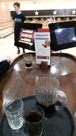 """Μπάζιλντον, UK: £3.99 """"Jug"""" of soft drink"""