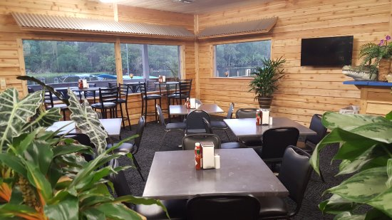 Hontoon Landing Resort & Marina: Dockside Deli Dining Room inside Ship's Store. St. Johns River View.