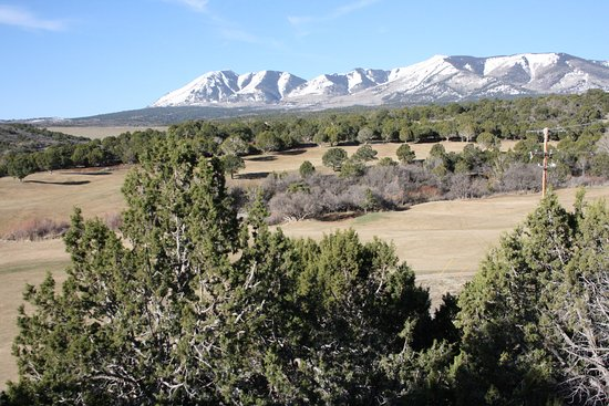 Monticello, Γιούτα: Photo from the front deck across two fairways toward Fr, Abajo Mountain.