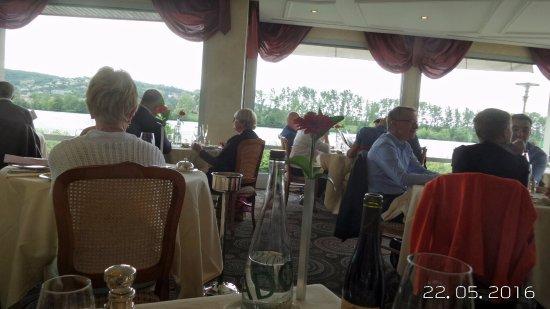 Condrieu, France: salle en rotonde avec une majorité de tables rondes et de larges baies vitrées donnant sur le Rh