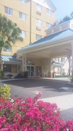 la entrada del hotel