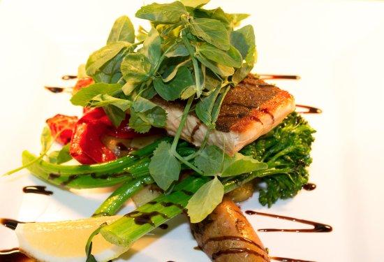 Ashmore, Avustralya: Grilled skinned salmon