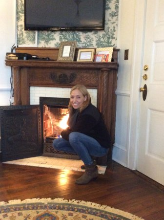 Abbington Green Bed and Breakfast Inn: Getting warm at our in room gas fireplace.