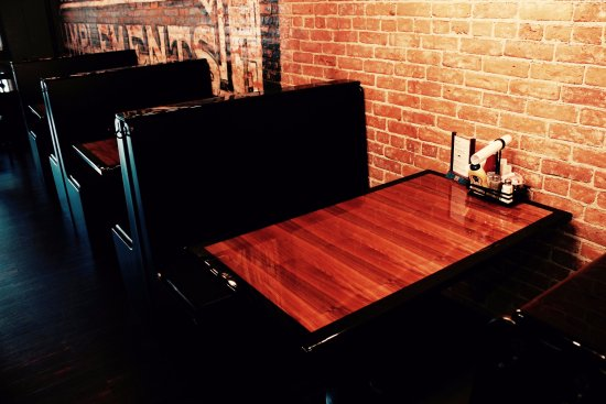 Middlebury, IN: cozy booths for 4