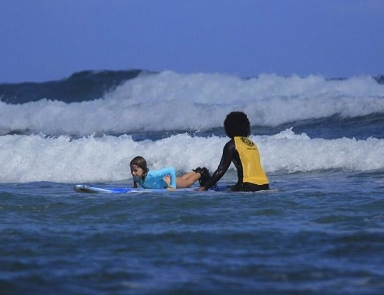 Cabarete, Dominican Republic: Surf Instructor Iskania teaches 7 year old Crystal the basics of a pop-up