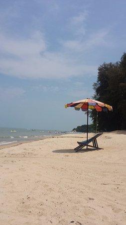 Batu Ferringhi, Malezya: Sun chairs with umbrella
