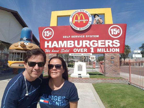 San Bernardino, CA: uma foto em frente o letreiro do primeiro Mc Donald's vale a pena.